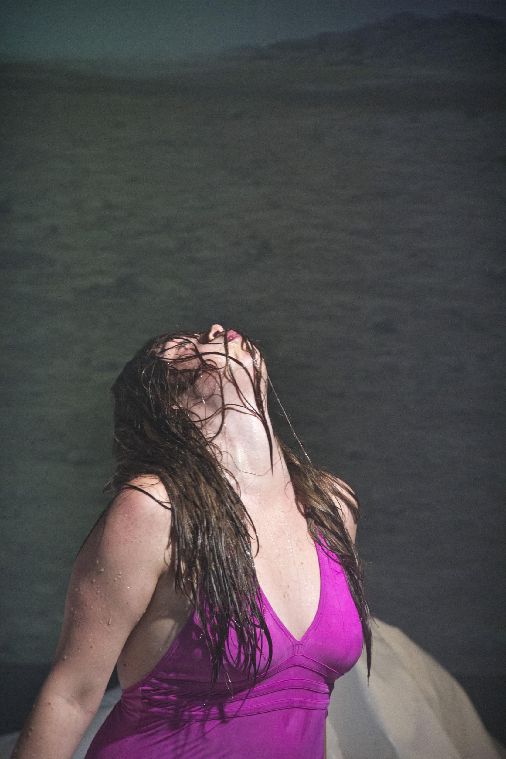 Josephine Kylen Collin i kamp med naturelementerne – her vand fra vandballoner